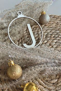 Decorate the Christmas tree with these beautiful wooden baubles! #feestdagen #kerst #cadeau #kerstcadeau #kerstmis #feest #gift #christmas Fun to give and even more fun to get! Versier de kerstboom met deze prachtige kerstballen van hout! Leuk om te geven en nóg leuker om te krijgen! Christmas Deco, Christmas Balls, Christmas Tree, Hanger, Hoop Earrings, Lettering, Beautiful, Teal Christmas Tree, Christmas Decor