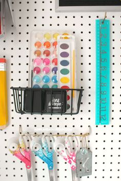 Organizing my craft room - A girl and a glue gun Sewing Room Design, Craft Room Design, Sewing Spaces, My Sewing Room, Sewing Rooms, Sewing Studio, Craft Desk, Craft Room Storage, Craft Organization