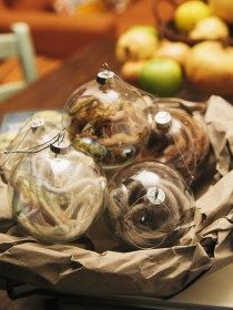 Confezione di 6 palline di vetro trasparente con all'interno della lana dai colori tenui; bianco beige e marrone. Diametro 8 cm
