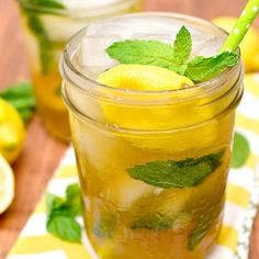 15 Boozy Iced Tea Cocktail Recipes to Quench Your Summer Thirst - Brit + Co Iced Tea Vodka, Drinks Com Vodka, Iced Tea Cocktails, Sweet Tea Vodka, Vodka Lemonade, Fun Drinks, Beverages, Vodka Cocktail, Party Drinks