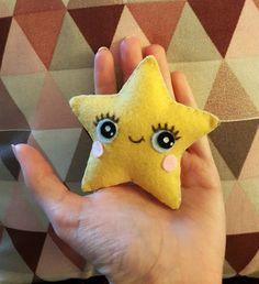 Mini peluche en feutrine réalisée à la main, rembourrée de polyester. Environ 9 cm de haut. Possibilité de créer des peluches au double de la taille de base, au prix de 12 euros, sur demande :)