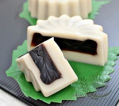 Tau Huay (Soya Milk) Jelly Mooncakes 豆奶仙草菜燕月饼 | Anncoo Journal - Come for Quick and Easy Recipes