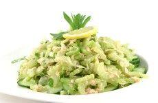 Salade met komkommer bleekselderij en tonijn