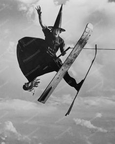 For Cathy Hartley. 1953 full-length portrait of water ski champion Alfredo Mendoza skiing in witch's costume, holding broomstick, jumping in mid-air, Cypress Gardens, Florida. Humour Halloween, Halloween Fun, Halloween Witches, Vintage Witch, Vintage Halloween, Photo Vintage, Vintage Photos, Cypress Gardens, Vampires