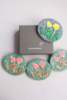 minä perhonen s/s 2016 - dandelion brooches Fabric Bags, Felt Fabric, Fabric Brooch, Jewel Box, Craft Work, Girly Girl, A Boutique, Ceramic Art, Handicraft