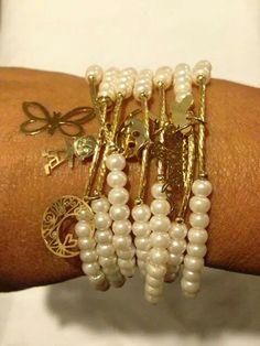Semanario con perla cultivada y dijes en chapa de oro