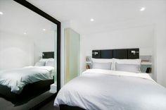 Hovedsoverom i 7.etasje med snekkertilpasset seng og hyller