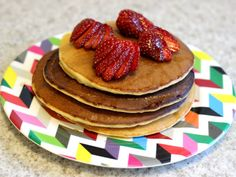 Panquecas americanas para o café da manhã! Essa é a receita da minha vida, faço sempre que quero um café ou lanche da tarde especial <3 Amo com manteiga, mel e frutinhas!