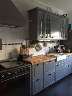 Our new ikea kitchen bodbyn brey with the smeg oven - Ikea DIY - The best IKEA hacks all in one place Kitchen On A Budget, New Kitchen, Vintage Kitchen, Kitchen Decor, Kitchen Oven, Kitchen Logo, Kitchen White, Küchen Design, Layout Design