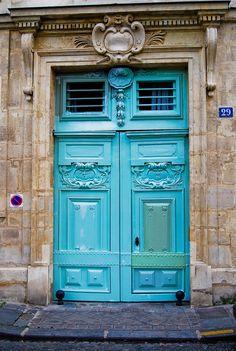 Porte turquoise 29, quai de Bourbon Paris 75004. Elle est vert olive maintenant...