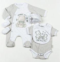 Подарочный комплект для новорожденных унисекс, 5 предметов: слип с принтом, боди, царапки, нагрудник с вышивкой, шапочка. На вешалке, в сетчатом мешке. Размеры 0-3, 3-6 мес. Великобритания, AADVARK.