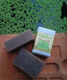 Sabun ini mengandung antioksidan alami yang berasal dari daun teh hijau, juga Vitamin E alami yang kesemuanya membantu membantu proses regenerasi kulit dan membantu menghambat penuaan dini.