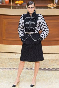 The complete Chanel Fall 2015 Ready-to-Wear fashion show now on Vogue Runway.
