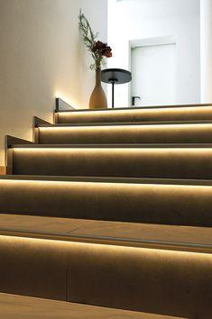 Diese Treppenstufenprofile bilden einen sauberen Abschluss an Ihren Fliesenkanten und lassen Ihre Treppen in Verbindung mit LED Stripes in einem zeitlosen Design erstrahlen. Interior Design Living Room, Living Room Decor, Tile Edge, Led Stripes, Stair Treads, Sustainable Design, Stairs, Interiordesign, Houses