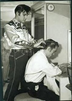 Elvis Presley cutting Johnny Cash's hair, Rock And Roll, Musica Country, Johnny And June, Elvis Presley Photos, Country Music Singers, Music Icon, Old Hollywood, Hollywood Actresses, Hair Cuts