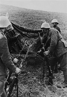 The Russian Warschool Flag Won By The Romanian Alpine Chasseurs In Russia-Ussr On September 1942 - pin by Paolo Marzioli History Of Romania, Total War, Military Diorama, Military Photos, Armed Forces, World War Ii, Troops, Art History, Wwii