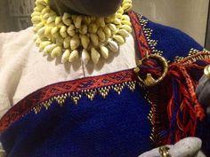 Igauņu tērpa detaļas. Mani drusku mulsina villaines valkāšanas veids... bet pēc paskata piknīgi 12.-13. gs. latgaļu villaine.  Igaunijas Nacionālais Muzejs, Tartu, izstāde. https://www.facebook.com/mervi.pasanen.3/media_set?set=a.10152924404887620.1073741843.598197619&type=1&pnref=story&hc_location=ufi