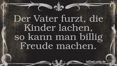 Der Vater furzt, die Kinder lachen, so kann man billig Freude machen. ... gefunden auf www.istdaslustig.... #lustig #sprüche #fun #spass