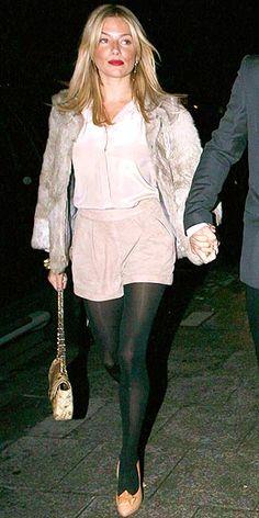 Lá vou eu voltar no sapatos claros… Ontem a noite foi a vez da Sienna Miller aparecer com o seu par. Ela também montou a produção com meia calça preta. Para a Sienna vocês abrem uma exceção ou continuam não gostando?! Socorro, será que isso vai virar tendência?! Foto: Reprodução