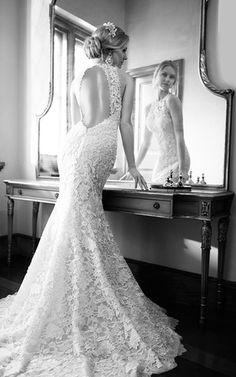 Robe de mariée fluide sirène col rond sans manches avec dentelle