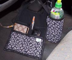 KIT CARRO: LIXEIRA + PORTA TRECO + PORTA GARRAFA  Um lado é para você colocar o lixinho e outro, com 3 bolsos, pode colocar óculos, carteira, celular, bloco de anotações, caneta, etc.  O Porta garrafinha é térmico e tem alça que pode ser colocada no câmbio do carro.  Cabe uma garrafinha de água d...