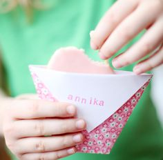 DIY: Le Frufrù: Bustina Origami cookie wrappers - cute for a birthday party Craft Gifts, Diy Gifts, Diy Craft Projects, Crafts For Kids, Cute Envelopes, Start The Party, Classroom Treats, Jar Labels, Origami