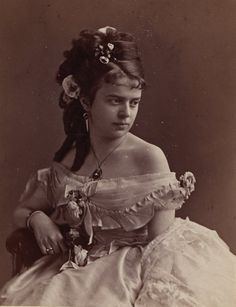 An great and old photo of times of Victorian belle. Victorian Photos, Victorian Women, Antique Photos, Vintage Photographs, Old Photos, Victorian Era, Victorian Dresses, Edwardian Dress, Vintage Photos Women