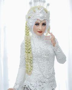 Javanese Wedding, Indonesian Wedding, Muslimah Wedding Dress, Hijab Bride, Foto Wedding, Dream Wedding, Malay Wedding Dress, Wedding Dresses, Wedding Stage Backdrop