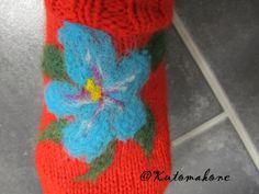 Neulahuovutettu kukkanen villasukassa.
