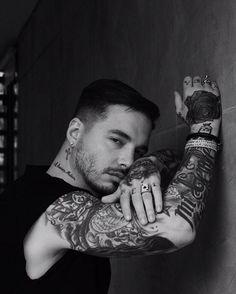 Divino @jbalvin Y esa miradita tan sexy☺❤ #José #LaFamilia #tattoos #jbalvin