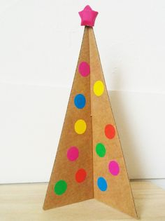 Sapin de Noël en carton Holiday Tree, Diy And Crafts, Christmas Crafts, Triangle, Kids Rugs, Cool Stuff, Games, Game 2018, Festive