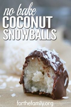 Coconut Snowballs are a simple, easy-to-make cookie recipe that doesn't involve any baking. These cookies only take 5 minutes to make, and the melted chocolate makes them taste just like candy. These are great for holidays, family gatherings, or any time Just Desserts, Delicious Desserts, Yummy Food, Coconut Desserts, Coconut Macaroons, 5 Minute Desserts, Desserts Nutella, Easy No Bake Desserts, Delicious Cookies