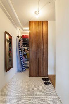 広々とした玄関。奥は収納スペースに