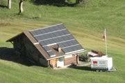 Refugio de montaña Roth  10/2010, Grindelwald, Suiza   Potencia: 6.03 kWp  Producción de energía: 6'000 kWh/año   Ahorro de CO2: 3 t/año    Tipo de instalación: Sobre el tejado, Redes