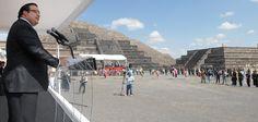 """En la Plaza del Basamento escalonado de La Luna, el Gobernador dijo que """"este fuego comienza una nueva y gran historia, historia que escribiremos juntos los veracruzanos, el pueblo de México y las naciones de Centroamérica y el Caribe""""."""