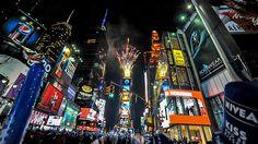 NUEVA YORK ||||||||| TIMES SQUARE. Réveillon du Nouvel An à New York. La boule lumineuse descend le soir du Nouvel An à Times Square, New York Fêter le Nouvel An à New York est absolument extraordinaire ! La foule se rassemble chaque année à Times Square afin d'admirer la descente de la boule de cristal lumineuse alors que la nouvelle année débute.
