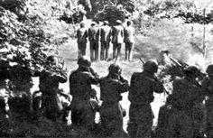 """Loška Dolina, Slovenia meridionale, il 31 luglio 1942. Soldati italiani fucilano Franc Žnidaršič, Janez Kranjc, Franc Škerbec, Feliks Žnidaršič ed Edvard Škerbec, cinque abitanti del villaggio di Dane presi in ostaggio qualche giorno prima. Nell'Italia degli ultimi anni, un'interpretazione frettolosa e """"capovolta"""" di questa foto ne ha innescato la proliferazione virale in rete e sui giornali, sino a farne l'illustrazione per eccellenza di articoli sulle foibe e le vittime italiane della…"""