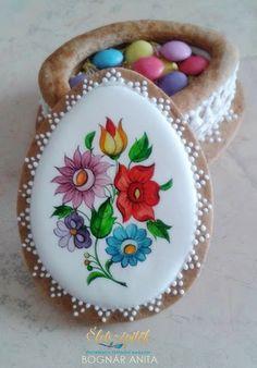 Bognár Anita festett karácsonyi mézeskalácsait már bemutattuk a Magazinon. Anita három gyermek édesanyja, korábban porcelánfestőként dolgozott. A kifinomult érzéket, rutint igénylő festési technika…