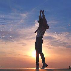 【kyota21】さんのInstagramをピンしています。 《ふるさとの空を見上げたりしてますか?  #ファインダー越しの私の世界  #写真好きな人と繋がりたい  #湘南 #やればできる湘南 #三度の飯より海が好き #七里ヶ浜 #ではないんだなこれが #YUI #sea #japan  #photographer  #hiratsukagood  #igersjp  #pics_jp  #hueart_life  #japan_art_photography  #silhouette #girl #ふるさと #カコソラ #l4l  #ダレカニミセタイケシキ #晴れのち空の色 #イツカノソラ #sky #海》