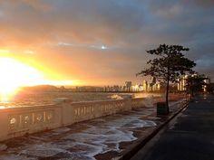 Ponta da Praia- Santos/SP...Salgando a calçada.