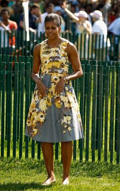 Flower Power Michelle Obama participates in the official opening of the White House Easter Egg Roll on the South Lawn of the White House April 2011 in Washington, DC. Obama wore a Safflower Dress by Tracy Reese. Michelle Obama Flotus, Michelle Obama Fashion, Barack And Michelle, Mr Obama, Barack Obama Family, Obama President, Madam President, Michelle Obama Birthday, Selena