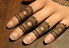 Simple Mehendi designs to kick start the ceremonial fun. If complex & elaborate henna patterns are a bit too much for you, then check out these simple Mehendi designs. Henna Hand Designs, Dulhan Mehndi Designs, Henna Tattoo Designs, Mehndi Tattoo, Mehendi, Arte Mehndi, Mehndi Designs Finger, Mehndi Designs For Beginners, Modern Mehndi Designs