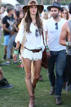 Pour l'ouverture du festival de Coachella, le top brésilien, Alessandra Ambrosio, portait un top et un short en dentelle immaculée, avec les bottines Caleen en cuir clouté Isabel Marant et une besace en cuir frangé Guiseppe Zanotti.
