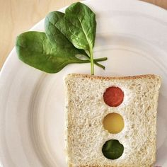 Kid-Friendly Stoplight Sandwich by The Sweetest Kitchen Cute Food, I Love Food, Good Food, Yummy Food, Yummy Lunch, Healthy Meals For Kids, Kids Meals, Healthy Eats, Lunch Box Recipes