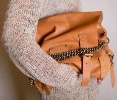 Un sac camel, avec bandoulière en chaîne. <3