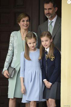 Le roi Felipe VI et la reine Letizia d'Espagne avec leurs filles la princesse Leonor des Asturies et l'infante Sofia lors de la première communion de l'infante Sofia, le 17 mai 2017 à Madrid.
