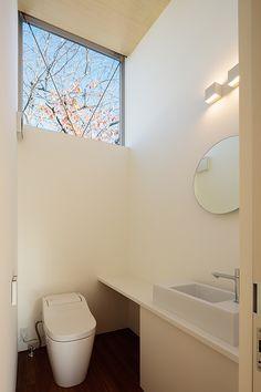 設計事務所アーキプレイス 桜並木と暮らす家 高窓のあるトイレ