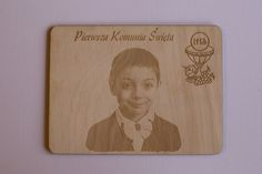 Zaproszenie na Pierwszą Komunię Świętą - grawerowane w sklejce 3mm dwustronnie wymiary: 14 x 10,5 cm Cena: 7,70 zł za sztukę Minimum zamówienia 10 szt. W cenie jest też wykonanie zdjęcia pod grawer lub obróbka nadesłanego nam zdjęcia.  Prosimy o przesyłanie zdjęć o wysokiej jakości i rozdzielczości. info@dex-druk.pl www.dex-druk.pl