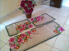 Elizabeth Cavalcante,pintura e arte.: Jogo de tapetes no emborrachado,hibiscos com maçãs...