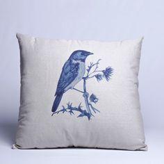 Como sempre, o azul na decoração vai além do tempo e a Almofada Blue Bird, complementa o visual de sua casa com os outros objetos. De fácil combinação, deixa elegante e confortável a sua sala, escritório, etc. Com estampa personalizada de pássaro em tecido e enchimento. #Almofada #LojaSoulHome